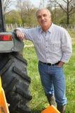 Mens die zich naast tractor bevindt Royalty-vrije Stock Fotografie