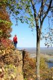 Mens die zich op Cliff Above de Rivier van de Mississippi bevinden Stock Afbeelding