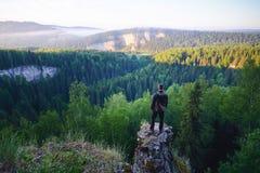 Mens die zich op de bovenkant van de berg bevinden Stock Afbeelding