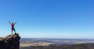mens die zich op een rots bij het Boroka-Vooruitzicht bevinden, het Nationale Park van Grampians, Australië stock afbeelding
