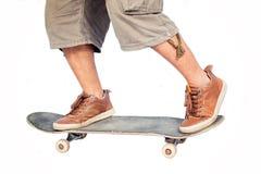 Mens die zich op een skateboard bevinden Stock Foto
