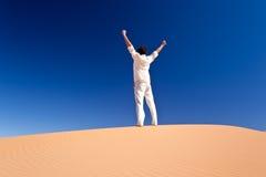 Mens die zich op een zandduin bevindt Stock Afbeeldingen