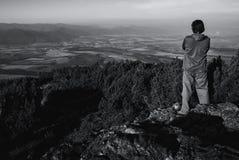 Mens die zich op Heuvel bevinden Royalty-vrije Stock Foto's