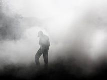 Mens die zich in rook bevinden Royalty-vrije Stock Foto's