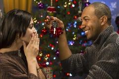 Mens die zijn andere autosleutels geven voor horizontale Kerstmis significant, Stock Fotografie