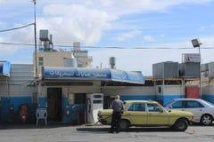 Mens die zijn auto in Bethlehem van brandstof voorzien stock foto's