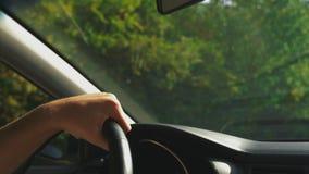 Mens die zijn auto drijft Drijf auto nave Mannelijke Hand op stuurwiel dichte omhooggaand E stock videobeelden