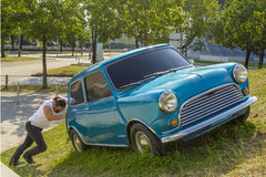 Mens die zijn auto duwt Royalty-vrije Stock Fotografie