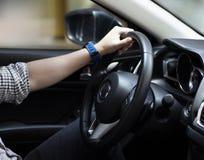 Mens die zijn auto, reis, snelheid drijven royalty-vrije stock afbeelding