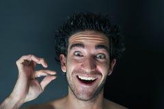 Mens die zijn baard trekt Stock Foto's