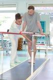 Mens die zijn benen rehabiliteren stock foto