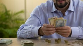 Mens die zijn besparingen op lijst tellen, begroting planning, financiële geletterdheid, krediet stock footage