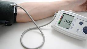 Mens die zijn bloeddruk en hart-tarief meten stock footage