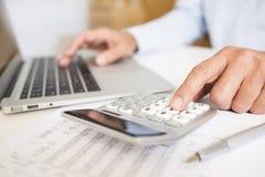 Mens die zijn boekhouding, het financiële adviseur werken doet stock fotografie