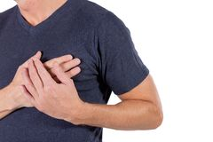 Mens die zijn borst met handen houden, die hartaanval of pijnlijke klemmen, die op borst met pijnlijke uitdrukking hebben doordru stock afbeeldingen