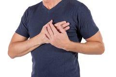 Mens die zijn borst met handen houden, die hartaanval of pijnlijke klemmen, die op borst met pijnlijke uitdrukking op wit hebben  royalty-vrije stock fotografie