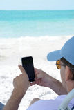 Mens die zijn cellphone gebruiken Royalty-vrije Stock Fotografie