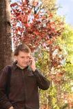 Mens die zijn celtelefoon in openlucht met behulp van Royalty-vrije Stock Afbeeldingen