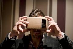 Mens die zijn 3 D smarphone kijken Stock Foto's