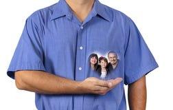 Mens die Zijn Familie dicht bij Zijn Hart houden royalty-vrije stock afbeelding