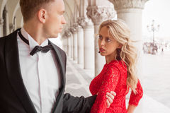 Mens die zijn femme ontmoeten fatale Royalty-vrije Stock Foto