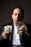 Mens die Zijn Geld telt Royalty-vrije Stock Afbeelding