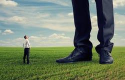 Mens die zijn grote werkgever bekijken Stock Foto's