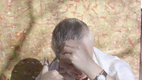 Mens die zijn haar met schaar snijden stock videobeelden