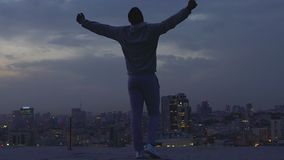 Mens die zijn handen aan hemel, geloof in zich en zijn sterkte, volharding opheffen stock video