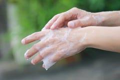 Mens die zijn handen met zeep voor steriel, Gezondheid en Globaal de dagconcept van de handwas wassen stock afbeeldingen