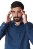 Mens die zijn hoofd houden omdat hoofdpijn Royalty-vrije Stock Fotografie