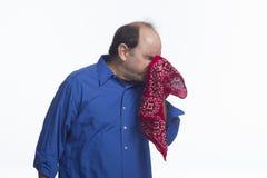 Mens die in zijn horizontale zakdoek niezen, Royalty-vrije Stock Foto