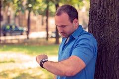 Mens die zijn horloge bekijkt Royalty-vrije Stock Foto