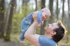 Mens die zijn kleine baby houden Royalty-vrije Stock Foto
