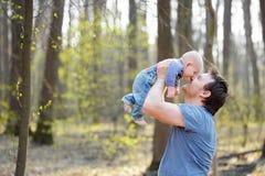 Mens die zijn kleine baby houden Stock Afbeeldingen