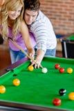 Mens die zijn meisje onderwijst hoe te om pool te spelen royalty-vrije stock afbeelding
