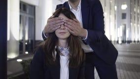 Mens die zijn meisjes ogen behandelen met beide handen en haar kussen stock video