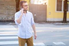 Mens die zijn mobiele telefoon met behulp van Stock Foto's
