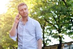 Mens die zijn mobiele telefoon met behulp van Stock Foto