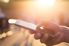 Mens die zijn Mobiele Telefoon met behulp van openlucht Royalty-vrije Stock Foto