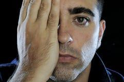 Mens die zijn oog behandelt met een hand Royalty-vrije Stock Foto
