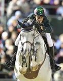 Mens die zijn paard springen Royalty-vrije Stock Afbeeldingen