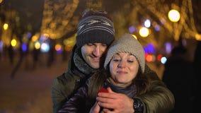 Mens die zijn partner met verlovingsring verrassen stock video