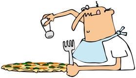 Mens die zijn pizza zouten Stock Foto