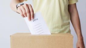 Mens die zijn stem in stembus bij de verkiezing zetten stock video