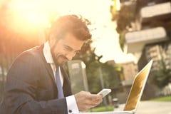 Mens die zijn telefoon met behulp van royalty-vrije stock foto's