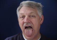 Mens die zijn tong toont Royalty-vrije Stock Foto's