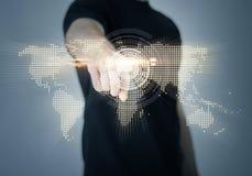 Mens die zijn vinger richten op wereldkaart Stock Foto