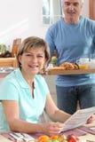Mens die zijn vrouwenontbijt brengt Royalty-vrije Stock Foto
