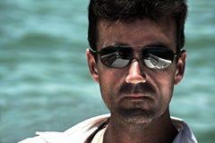 Mens die zonnebril draagt Stock Foto's